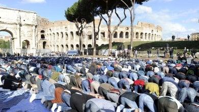 """Musulmani in preghiera al Colosseo    foto    """"Quello al culto è un diritto costituzionale"""""""