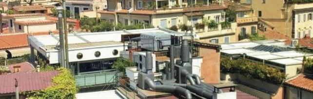 Mansarde, ville e balconi: sos scempi edilizi   Ecomostro illegale  sul tetto del 4 stelle