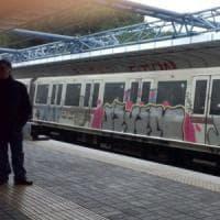 Roma-Lido, passeggero infuriato rompe vetro del treno e ferisce la macchinista
