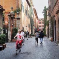 Roma, sosta selvaggia e negozi a rischio.