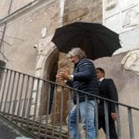 """Grillo in visita a  Roma per vedere Raggi e consiglieri: """"Rivoluzionate la città"""""""