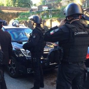 Roma, uccide coppia di vicini di casa sul pianerottolo a colpi di pistola e poi si toglie la vita
