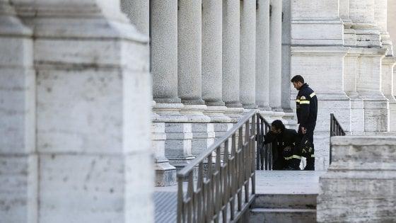 """Terremoto, paura e gente per strada a Roma. Raggi: """"Lunedì scuole chiuse per verifiche"""""""
