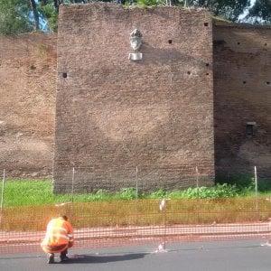 Terremoto, chiusa corsia di via della Conciliazione. Crepe sulle Mura Aureliane