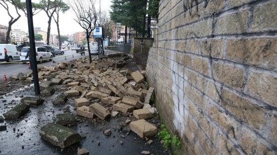 Maltempo Roma, crolla un muro di cinta: traffico in tilt