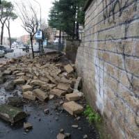 Roma, smottamenti e allagamenti per il maltempo: crolla muro di cinta in via Gregorio VII