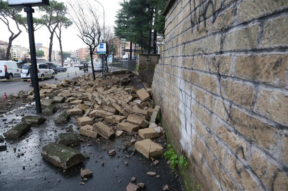 Roma, crolla un muro di tufo in via Gregorio VII