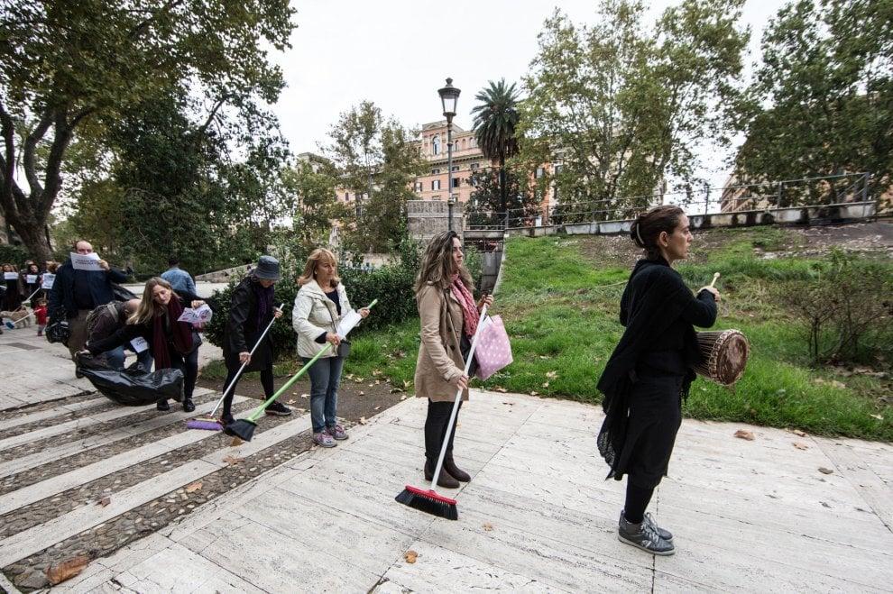 In piazza con le scope: a Roma il flash mob per il cane Ziggy, morto di eroina