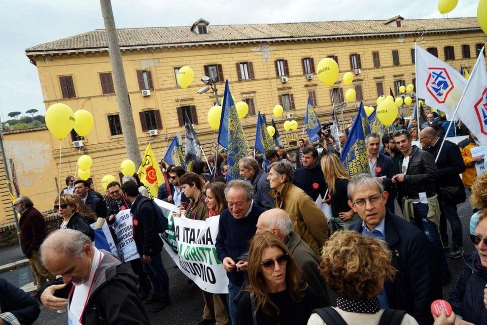 Roma, la marcia dei Radicali: palloncini gialli per chiedere l'amnistia