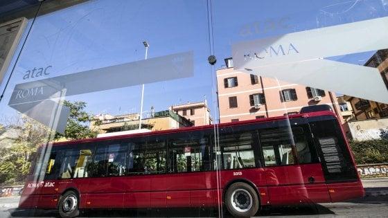 """Roma, Miccoli: """"Chi paga campagna referendaria M5S su bus?"""". Atac: """"Non è competenza dell'azienda"""""""