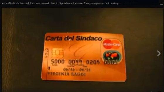 Roma, Raggi su Facebook taglia finta carta di credito del sindaco (video)