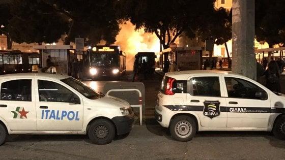Roma, bus in fiamme alla stazione Termini