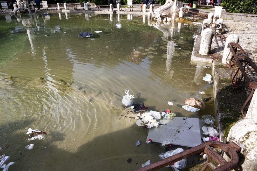 Roma, cartacce e rifiuti nella fontana: il degrado dei giardini di piazza Mazzini