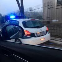Roma, la buca sulla Salaria  che tiene in ostaggio da giorni una macchina della Municipale