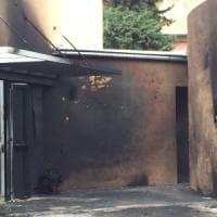 Roma, in fiamme scuola in disuso a Decima: avrebbe ospitato migranti
