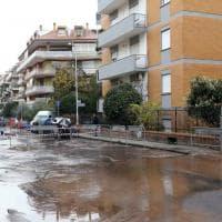 Roma, via Isidoro del Lungo diventa un lago per una perdita d'acqua