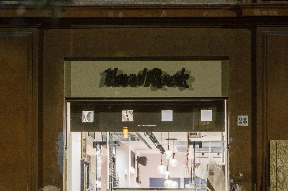 Roma, le insegne dell'Hard Rock Cafè a via della Conciliazione