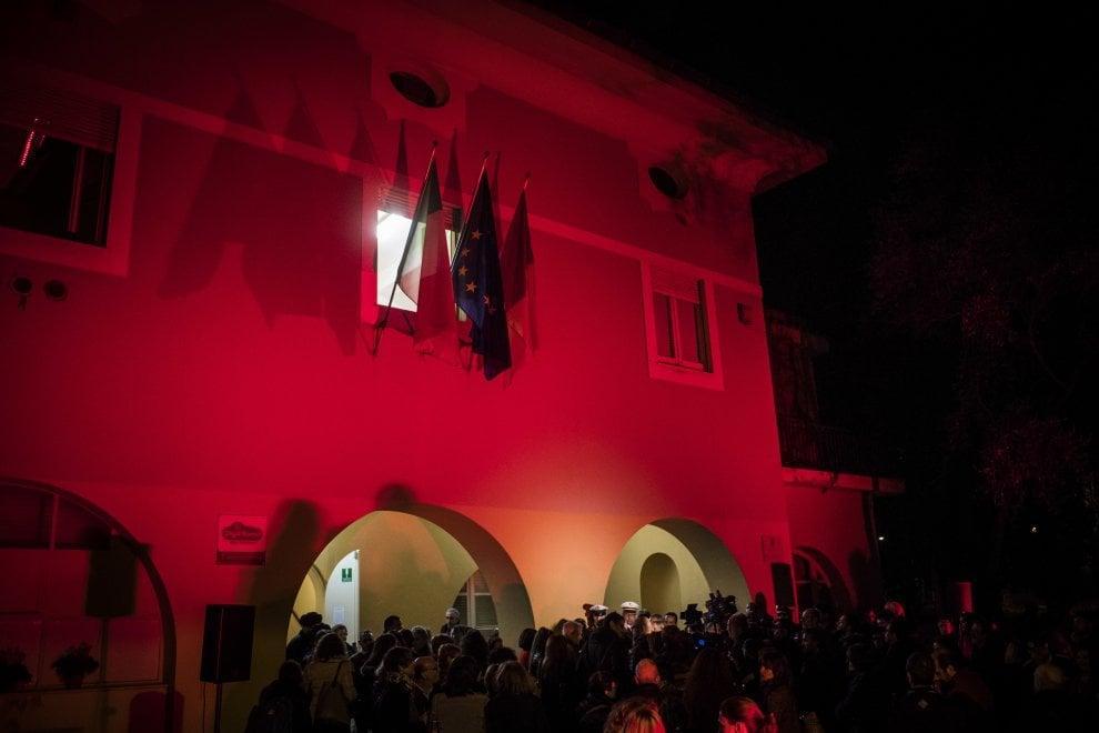Roma, XI Municipio tinto di rosso contro la violenza sulle donne