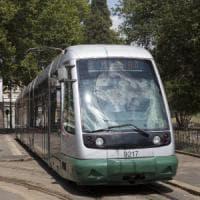 Roma, auto sulle rotaie: il tram 3 bloccato per ore alla stazione Trastevere