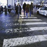 Roma, fondi dimezzati e le strisce pedonali diventano invisibili