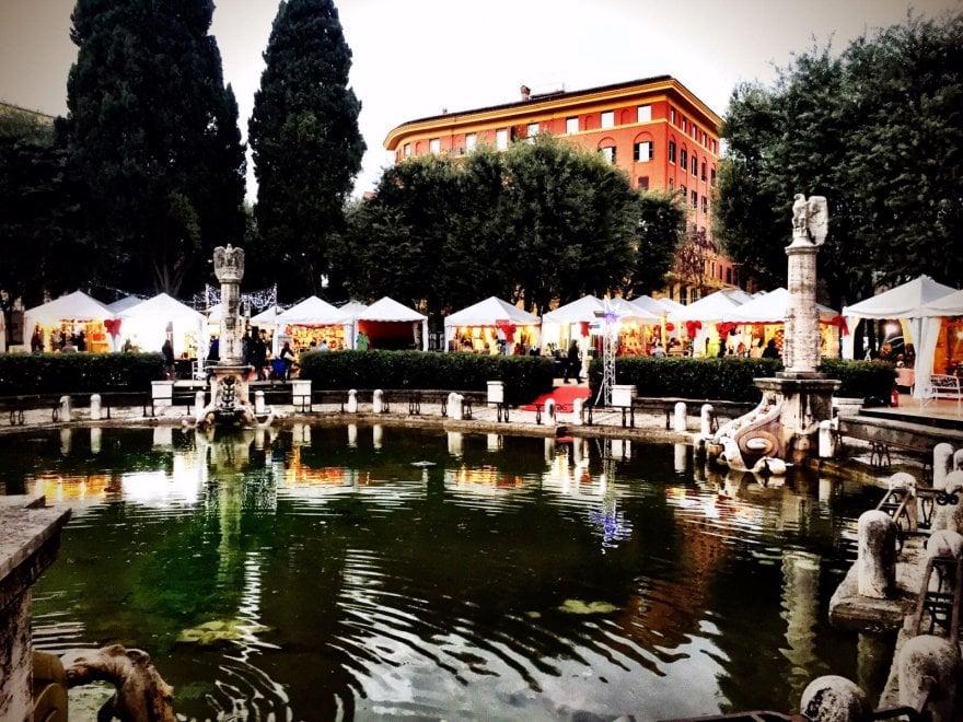 Roma piazza mazzini dopo la pulizia della fontana arriva - Mercatino di natale piazza mazzini roma ...
