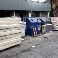 Roma, dopo i frigoriferi tocca ai materassi: abbandonati 30 alla Pisana