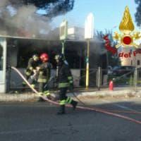 Roma, in fiamme bus sulla Togliatti: nessun ferito