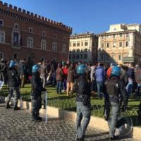 Roma, sgomberati movimenti per la casa in piazza Venezia: 33 fermati