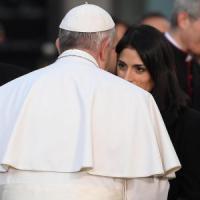 Roma, il Papa in piazza di Spagna per l'Immacolata: lunga stretta di mano con Raggi
