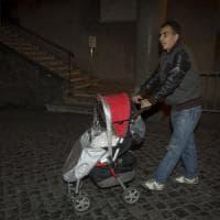 """Roma, Raggi incontra la famiglia cacciata da San Basilio: """"Avranno nuova casa in altra..."""