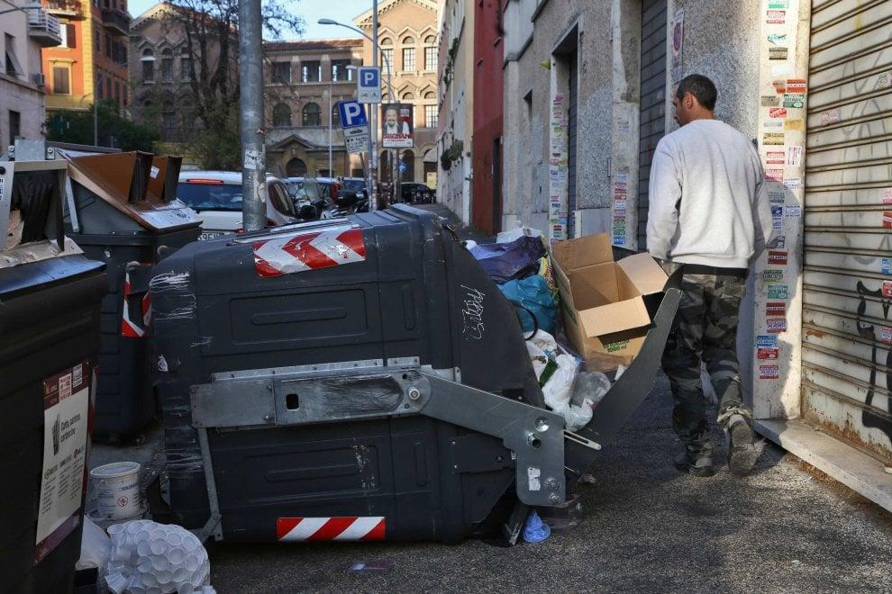Roma, via Savona: cassonetto rovesciato e pieno di rifiuti ...