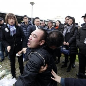 """Cinese morta a Roma,  ricordo a Tor Sapienza. Il padre: """"Ditemi com'è morta mia figlia"""""""