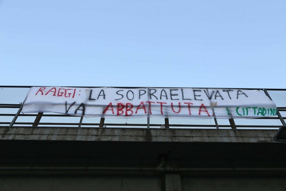 """Roma, staccati striscioni contro sopraelevata Tiburtina. Residenti: """"Impossibile comunicare con sindaca"""""""