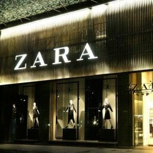 """Roma, protesta commessa Zara: """"Azienda mi nega permessi per curare figli malati"""""""