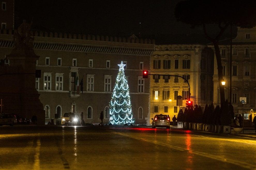 Stella in cima e luci orizzontali: ecco il nuovo allestimento dell'albero di piazza Venezia a Roma