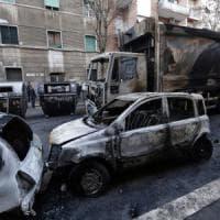 Roma, ancora un compattatore Ama in fiamme: via Pontina chiusa per il fumo