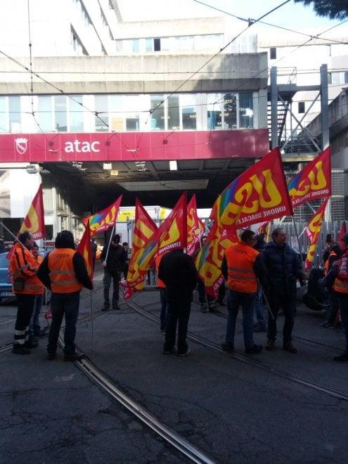 Roma, Atac: lavoratori delle manutenzioni protestano davanti alla sede di via Prenestina