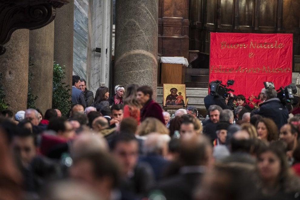 Roma, il pranzo di Natale con i poveri nella chiesa di Santa Maria in Trastevere