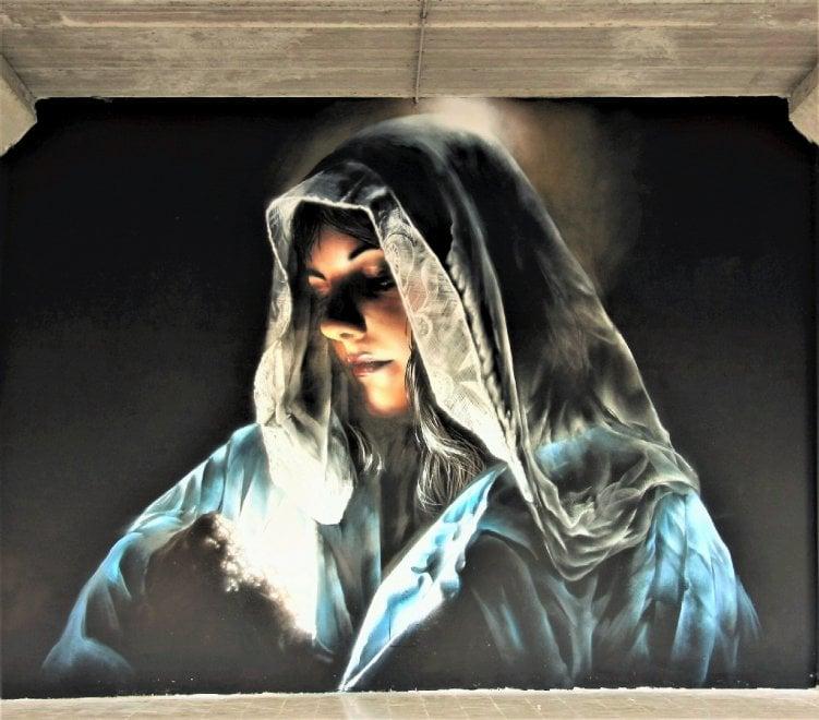 Roma, a Castel Gandolfo i ritratti della Vergine dello street artist Neve