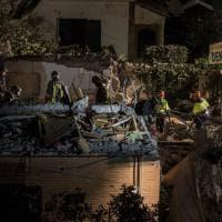 Palazzina crolla ad Acilia, il buio non ferma i soccorritori