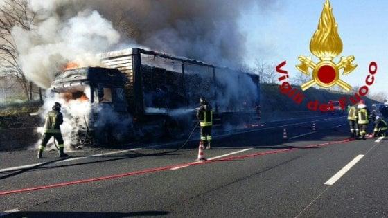 Roma, autotreno in fiamme sul Gra: tratto chiuso, nessun ferito