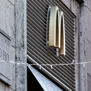 Roma, a Borgo Pio apre il McDonald's delle polemiche