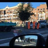 Roma, il tombino recintato diventa un caso sui social: arrivano gli operai a ripararlo