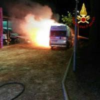 Roma, incendio nel deposito della Cri in via Ramazzini: in fiamme due ambulanze