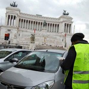 Roma, sosta selvaggia senza fine: è caos dall'Esquilino a Prati