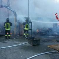 Roma, incendio in campo rom di via Candoni: nessun ferito