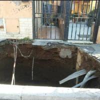 Roma, Torpignattara: voragine all'ingresso di un palazzo