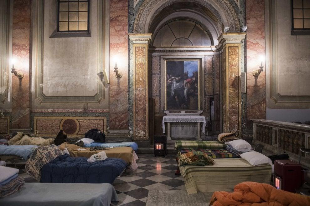 Roma, letti e coperte sotto l'altare: nella chiesa di San Calisto un riparo per i senzatetto