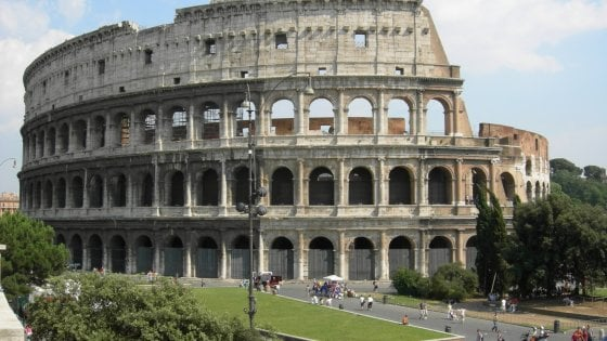 Roma, scavalcano cancelli Colosseo: uno cade e si rompe il bacino