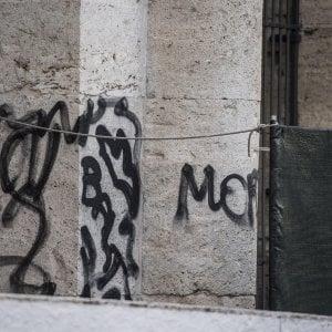 Roma, vandali al  Colosseo: scritte su un pilastro.  In due tentano di scavalcare i cancelli di notte